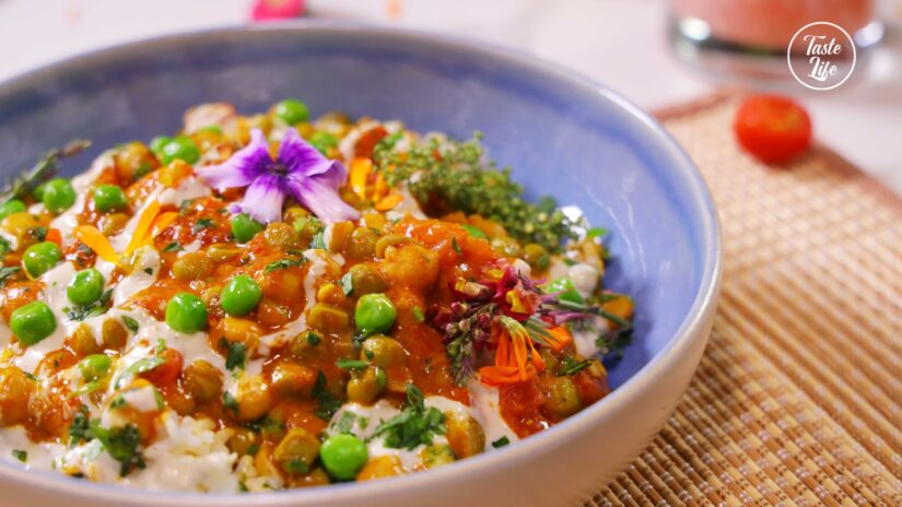 Quick Chickpea Curry Drizzled With a Garlic Tahini